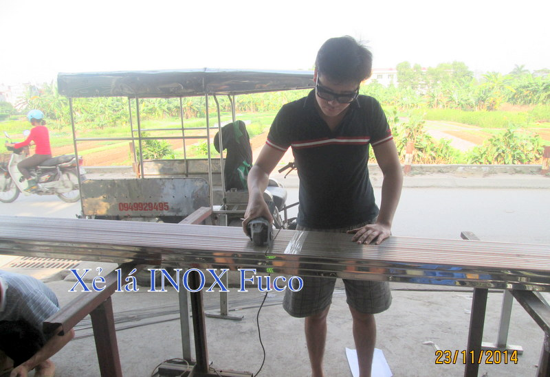 sản xuất cửa xếp inox tại xưởng, cắt lá gió INOX