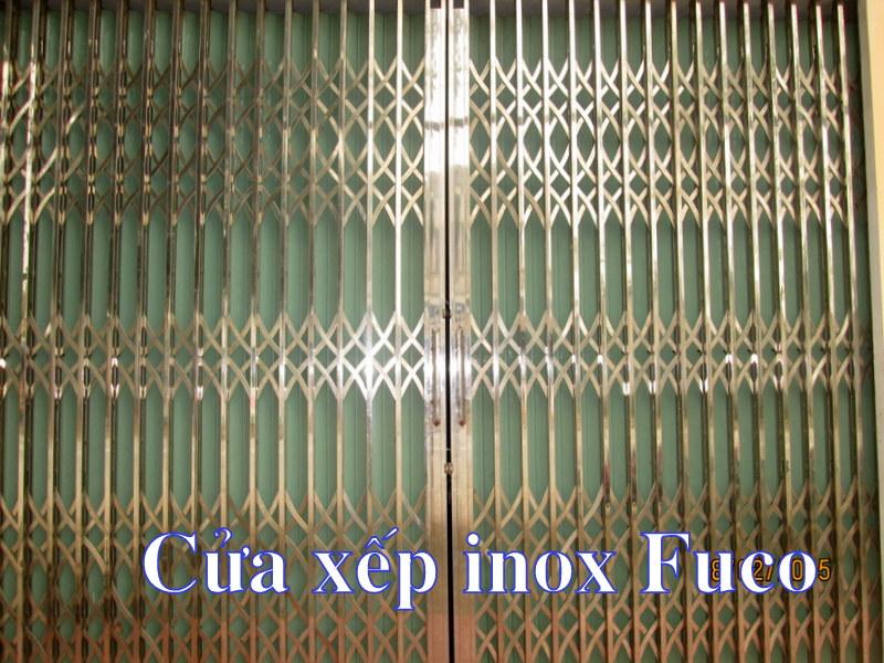 cửa xếp inox hộp dùng lá tôn giảm chi phí