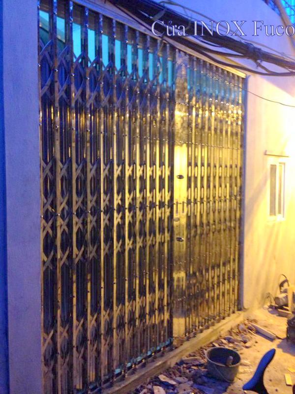 thi công cửa xếp inox tại Hà Nội, vào buổi đêm